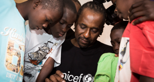 Un grand nom de la scène afro-jazz internationale chante pour les enfants de la rue du monde entier